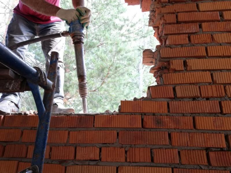 Отбойные молотки ломают кирпичную стену